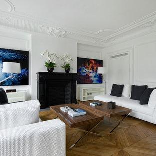 Exemple d'un grand salon tendance fermé avec une salle de réception, un mur blanc, un sol en bois brun, une cheminée standard et aucun téléviseur.