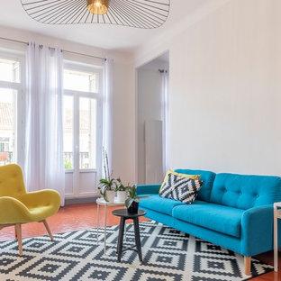 Inspiration pour un grand salon nordique fermé avec un mur blanc, un sol orange et un sol en carreau de terre cuite.