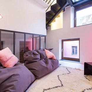 Réalisation d'un salon design fermé et de taille moyenne avec un mur blanc, aucune cheminée et un téléviseur fixé au mur.