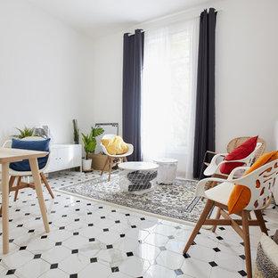Réalisation d'un salon nordique de taille moyenne et fermé avec un mur blanc, un sol en carrelage de céramique, un sol blanc et aucun téléviseur.