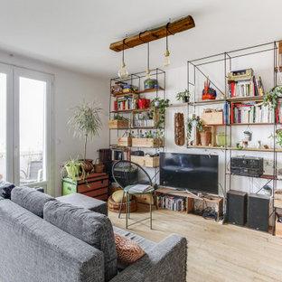 Inspiration pour un salon bohème ouvert avec un mur blanc, un sol en bois clair, un téléviseur indépendant et un sol beige.