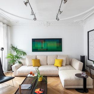 Idée de décoration pour un grand salon design ouvert avec une salle de réception, un mur blanc, un sol en bois clair, aucune cheminée, aucun téléviseur et un sol marron.