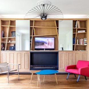 Idee per un soggiorno contemporaneo di medie dimensioni e aperto con libreria, pareti bianche, parquet chiaro, camino sospeso, cornice del camino in metallo, TV nascosta e pavimento marrone