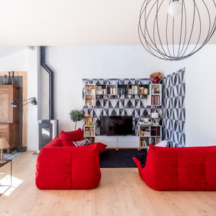 Inspiration pour un salon design de taille moyenne et ouvert avec un téléviseur indépendant, un mur blanc, un poêle à bois, un manteau de cheminée en métal, un sol beige et du papier peint.