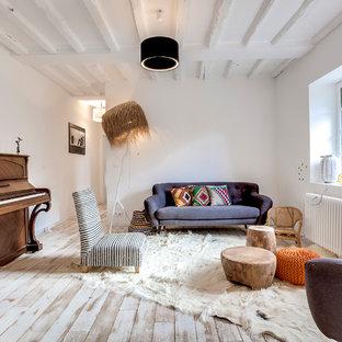 Immagine di un grande soggiorno country aperto con pareti bianche, pavimento in legno verniciato, nessun camino, nessuna TV e pavimento bianco