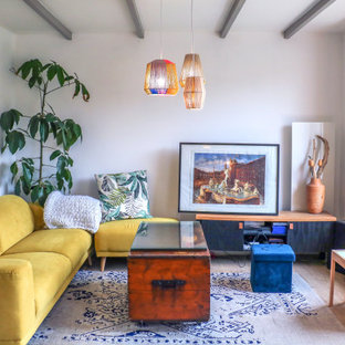 Inspiration pour un salon bohème avec un mur blanc, un sol en bois brun et un sol marron.