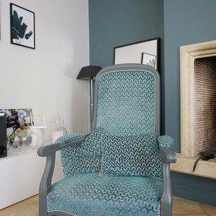 Idee per un soggiorno minimal di medie dimensioni e aperto con pareti bianche, pavimento in terracotta e TV autoportante