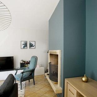 Idee per un soggiorno minimal di medie dimensioni e aperto con pareti bianche, pavimento in terracotta, camino classico e TV autoportante