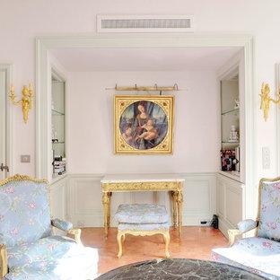 マルセイユの大きいヴィクトリアン調のおしゃれな独立型リビング (フォーマル、ピンクの壁、磁器タイルの床、標準型暖炉、漆喰の暖炉まわり、白い床) の写真