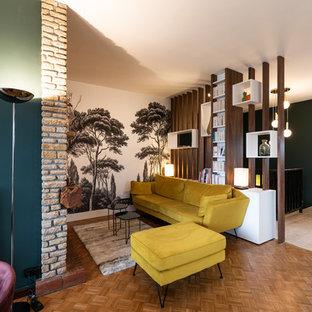 Ejemplo de salón abierto, vintage, de tamaño medio, con paredes multicolor, suelo de madera en tonos medios, marco de chimenea de ladrillo y suelo marrón