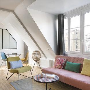 パリの小さいトロピカルスタイルのおしゃれなリビングロフト (白い壁、淡色無垢フローリング、暖炉なし) の写真