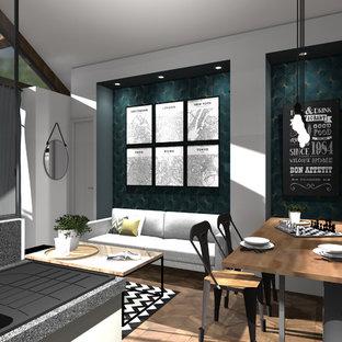 Immagine di un piccolo soggiorno classico aperto con pareti bianche, pavimento in linoleum, nessun camino, TV a parete e pavimento marrone