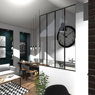 グルノーブルの小さいトラディショナルスタイルのおしゃれなLDK (白い壁、リノリウムの床、暖炉なし、壁掛け型テレビ、茶色い床) の写真