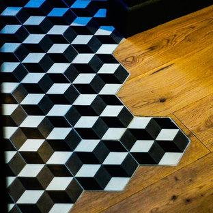 パリのインダストリアルスタイルのおしゃれなリビング (セラミックタイルの床) の写真