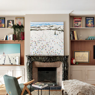 Aménagement d'un salon classique avec un mur beige, un sol en bois brun, une cheminée standard, un manteau de cheminée en carrelage et un sol marron.