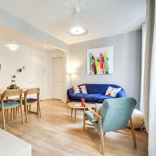 Inspiration pour un petit salon design ouvert avec un mur gris, un sol en bois clair et aucun téléviseur.