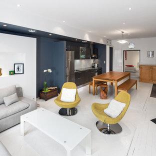Aménagement d'un salon contemporain de taille moyenne et ouvert avec un mur bleu, un sol en bois peint, aucune cheminée et aucun téléviseur.