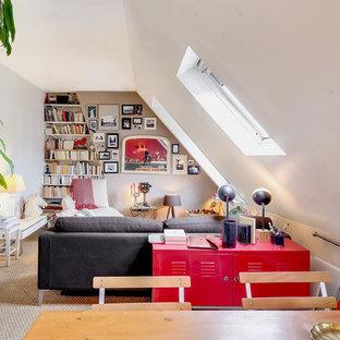 Ispirazione per un soggiorno design di medie dimensioni e stile loft con pareti beige, pavimento in terracotta, nessun camino, TV nascosta e pavimento rosso