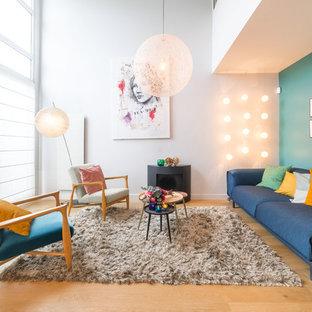 Idée de décoration pour un grand salon design ouvert avec une salle de réception, un mur bleu, un sol en bois brun, aucun téléviseur et un sol marron.