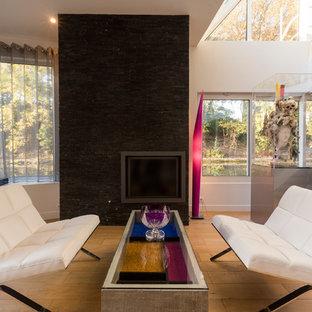 Cette photo montre un salon tendance avec un mur blanc, un sol en bois clair et un sol beige.