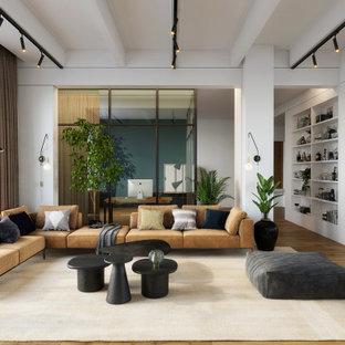 Idée de décoration pour un salon design avec un mur blanc, un sol en bois brun et un sol marron.