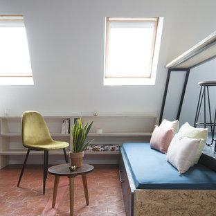 Cette image montre un salon design ouvert et de taille moyenne avec un mur blanc, un sol en carreau de terre cuite, aucune cheminée et un sol marron.