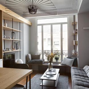Ispirazione per un piccolo soggiorno scandinavo chiuso con libreria, pareti bianche e pavimento beige