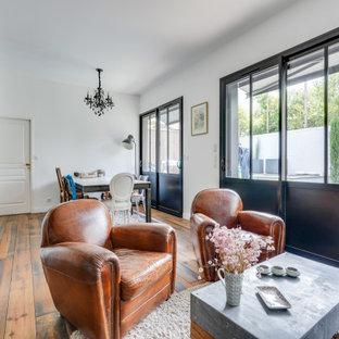 ボルドーの中サイズのインダストリアルスタイルのおしゃれなLDK (ミュージックルーム、白い壁、無垢フローリング、暖炉なし、テレビなし、茶色い床) の写真