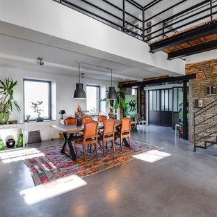 トゥールーズの巨大なエクレクティックスタイルのおしゃれなLDK (フォーマル、赤い壁、コンクリートの床、暖炉なし、壁掛け型テレビ、グレーの床) の写真