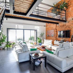 Inspiration för ett mycket stort eklektiskt allrum med öppen planlösning, med röda väggar, betonggolv, en väggmonterad TV, grått golv och ett finrum