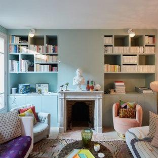 Aménagement d'un salon éclectique de taille moyenne et fermé avec un mur rose, une cheminée standard, un sol en bois clair, un manteau de cheminée en brique et un sol beige.