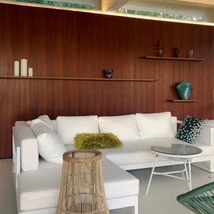 Cette image montre un grand salon design avec un mur marron, un sol en carrelage de porcelaine et un sol gris.