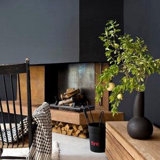 Idées déco pour un salon contemporain de taille moyenne et ouvert avec un mur noir, béton au sol, une cheminée standard et aucun téléviseur.