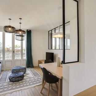 Idées déco pour un petit salon scandinave ouvert avec un mur blanc, un sol en bois clair, un téléviseur indépendant et un sol beige.