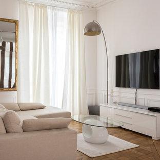 パリの中サイズのコンテンポラリースタイルのおしゃれなLDK (フォーマル、白い壁、壁掛け型テレビ、茶色い床、無垢フローリング、暖炉なし) の写真