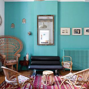Foto de salón para visitas cerrado, bohemio, de tamaño medio, sin chimenea y televisor, con paredes azules y suelo de madera en tonos medios