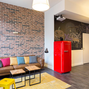 Diseño de salón abierto, urbano, grande, con suelo de contrachapado, suelo gris y paredes blancas