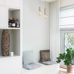 Ejemplo de salón abierto, nórdico, grande, sin chimenea, con suelo de madera clara, suelo beige, paredes blancas y pared multimedia
