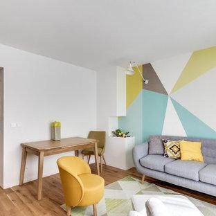 Réalisation d'un salon nordique de taille moyenne et fermé avec un mur multicolore, un sol en bois brun, aucune cheminée et aucun téléviseur.