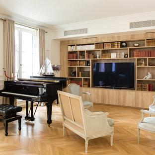 Aménagement d'un grand salon classique ouvert avec une salle de musique, un mur blanc, aucune cheminée, un téléviseur encastré, un sol en bois brun et un sol marron.