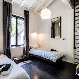 Inspiration pour un salon design avec un mur blanc, un sol en bois peint et un sol noir.
