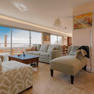 Modelo de salón abierto, tradicional renovado, grande, con paredes rosas, suelo de piedra caliza, estufa de leña, marco de chimenea de metal y televisor colgado en la pared