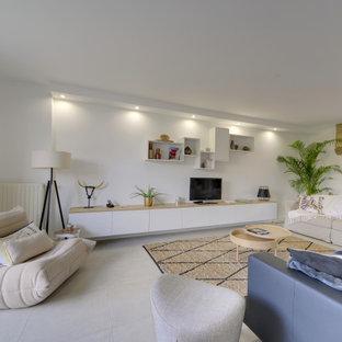 Ispirazione per un grande soggiorno classico aperto con pareti bianche, pavimento con piastrelle in ceramica, TV autoportante e pavimento beige