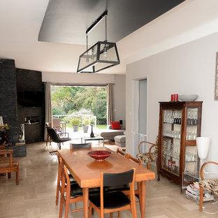 Cette image montre un salon minimaliste de taille moyenne et fermé avec une salle de réception, un mur blanc, sol en stratifié, un téléviseur fixé au mur et un sol marron.