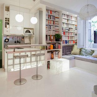 Idées déco pour un salon avec une bibliothèque ou un coin lecture contemporain ouvert avec un mur blanc et un sol blanc.