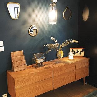 パリの中くらいのシャビーシック調のおしゃれなLDK (淡色無垢フローリング、暖炉なし、テレビなし、茶色い床、青い壁) の写真
