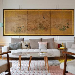 Inspiration pour un salon vintage de taille moyenne avec une salle de réception, un mur blanc, un sol en bois clair, aucune cheminée et aucun téléviseur.