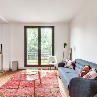 Exemple d'un salon rétro fermé avec un mur blanc, un sol en bois clair et un sol beige.