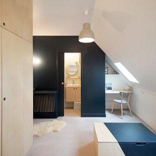 パリの小さいコンテンポラリースタイルのおしゃれなリビングロフト (青い壁、コンクリートの床、暖炉なし、テレビなし) の写真