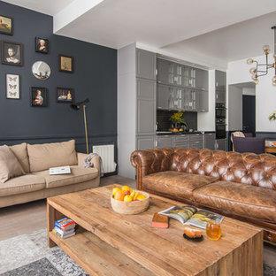 Idée de décoration pour un salon nordique ouvert avec un mur gris et un sol beige.